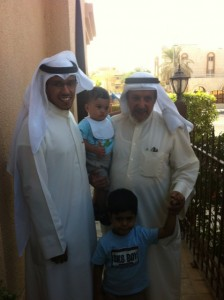 Photo de Hamad Al Olayan avec son père et deux enfants après sa libération