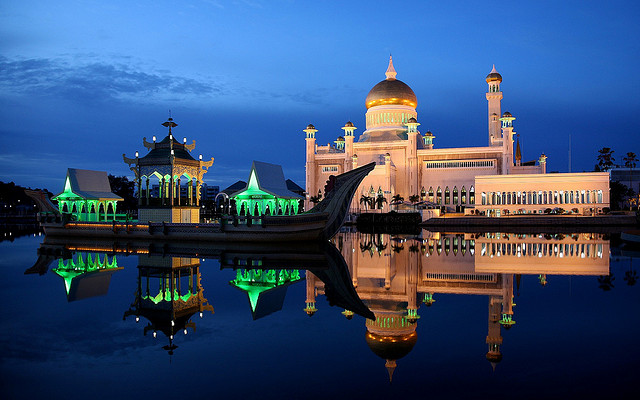 Sultan Omar Ali Saifuddin Mosque in Brunei. Image from Flickr page of Jim Trodel (CC License)