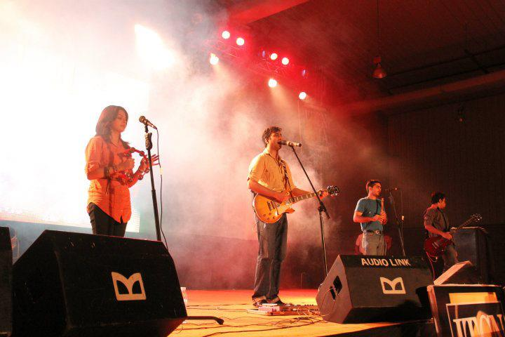 Laal performing in Karachi in 2011. Photo by Dewaar via Wikimedia Commons (CC BY-SA 3.0)