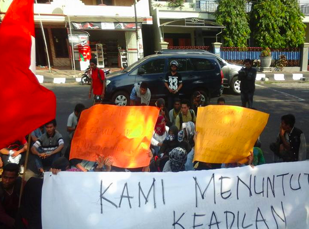 Supporters of Aldun Fikri gather near police station. Photo shared by @FRIENDZITIndonesia on Twitter.