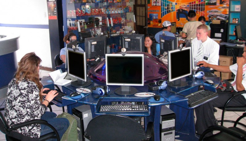 Internet cafe in Ecuador. Photo: Chris Feser / Flickr / CC 2.0.