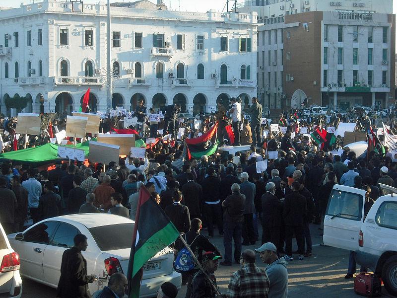 ليبيون في العاصمة الليبية طرابلس يحتجون على استمرار وجود الجماعات المسلحة في عام 2011 . التقطت الصورة بواسطة مغربية عبر موقع ويكيميديا